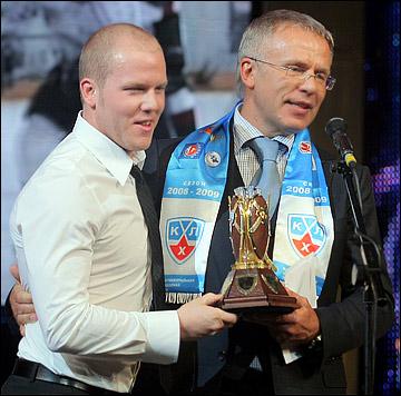 Вячеслав Фетисов вручает Кевину Даллмэну приз самому результативному защитнику сезона