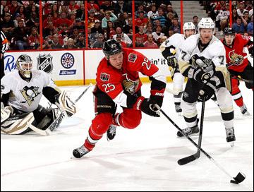 """19 мая 2013 года. Оттава. Плей-офф НХЛ. 1/4 финала. Матч № 3. """"Оттава"""" — """"Питтсбург"""" — 2:1 (2 ОТ). Крис Нил ведет борьбу с Полом Мартином"""