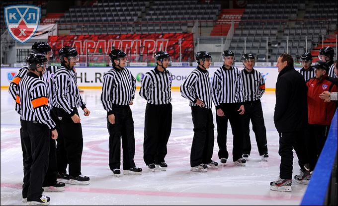 Занятие с судьями ВХЛ и МХЛ проводит известный судья НХЛ Пол Стюард