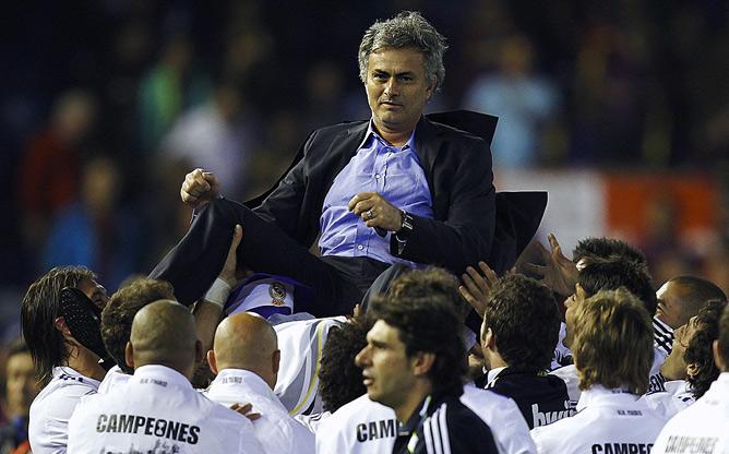 """Футболисты """"Реала"""" качают своего наставника Жозе Моуринью, празднуя победу в Кубке Короля"""