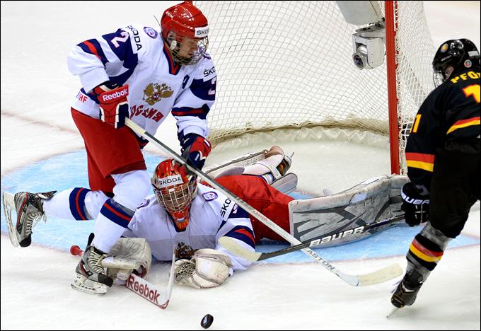 Рушан Рафиков защищает ворота от атаки сборной Германии