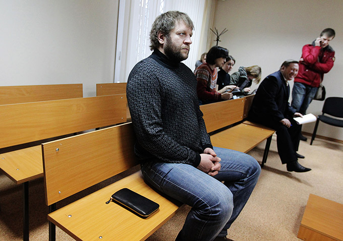Во время судебного процесса с пенсионером Василием Мысютиным (на заднем плане).
