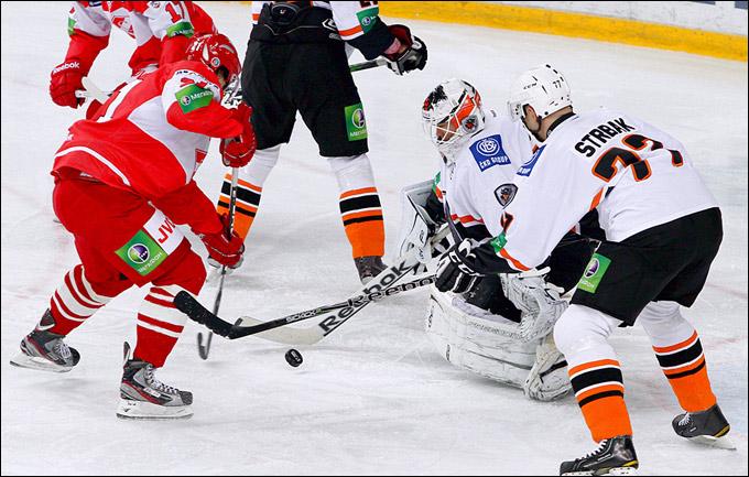 Александр Юньков забрасывает свою первую шайбу в КХЛ