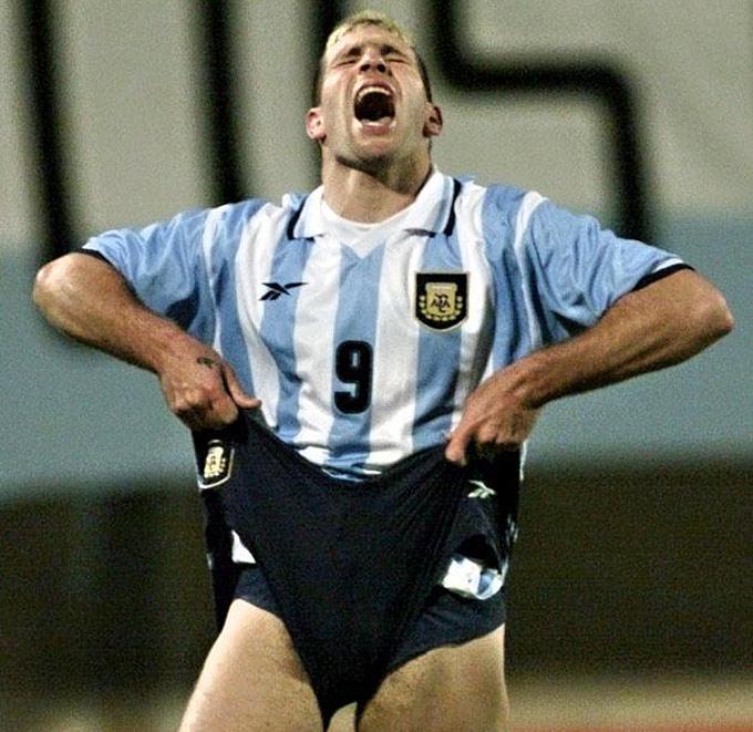 Аргентинец Мартин Палермо в матче с Колумбией на Кубке Америки-1999 не сумел реализовать сразу три пенальти