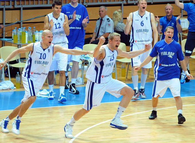 Сборная Финляндии радуется победе над россиянами в матче Евробаскета