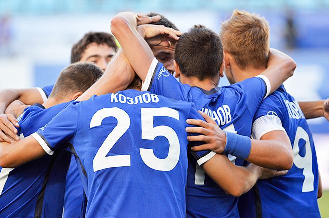Игроки «Динамо» празднуют забитый мяч.