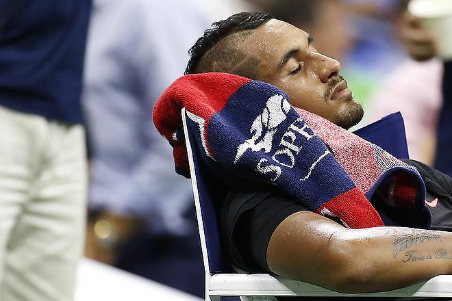Австралиец Ник Кирьос спит в перерыве между сетами матча с Энди Мареем на US Open-2015