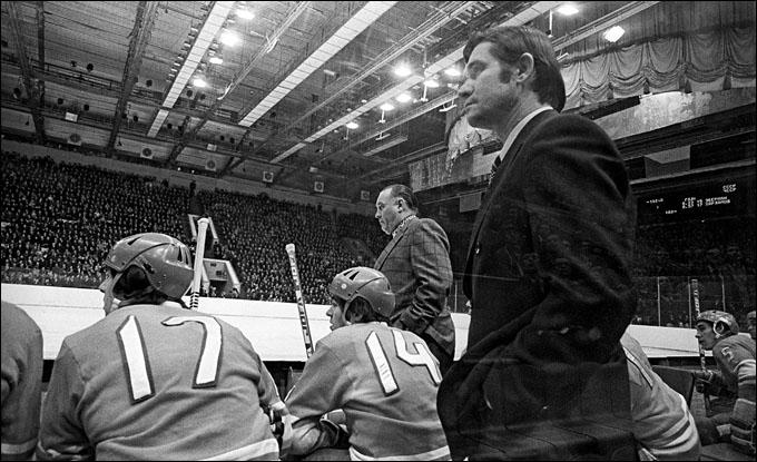 Тренеры сборной СССР Владимир Юрзинов и Борис Кулагин (на заднем плане)