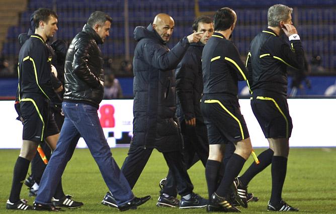 Лучано Спаллетти беседует с арбитрами после матча
