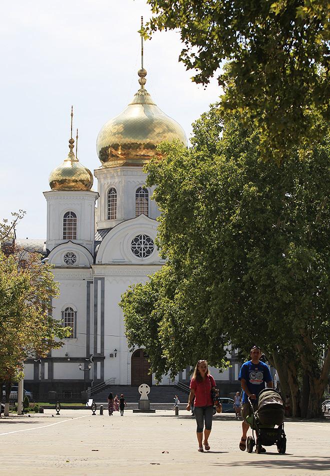 Жители города возле Войскового собора князя Александра Невского в Краснодаре
