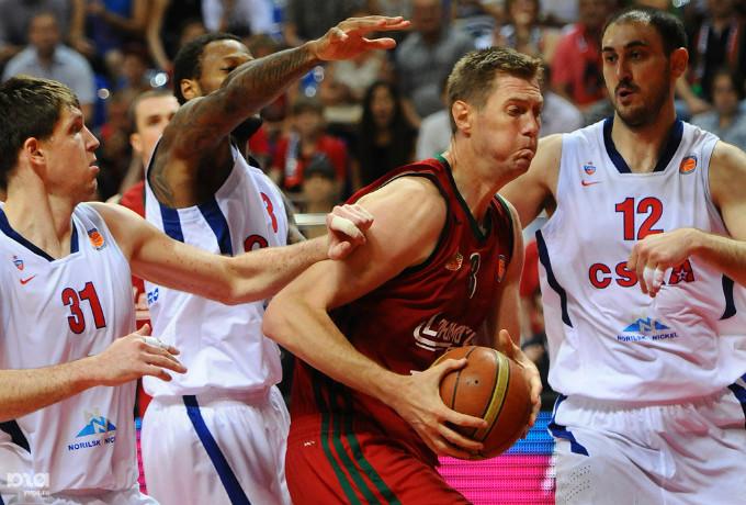 Алексея Саврасенко даже на закате карьеры сдерживали порой по трое.