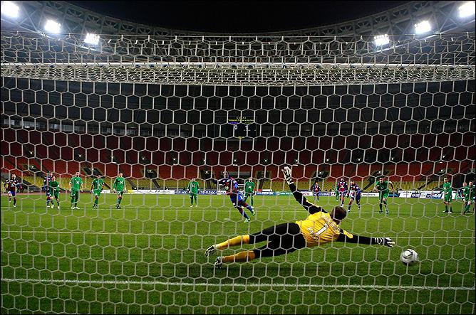 Сейду Думбия забивает пенальти
