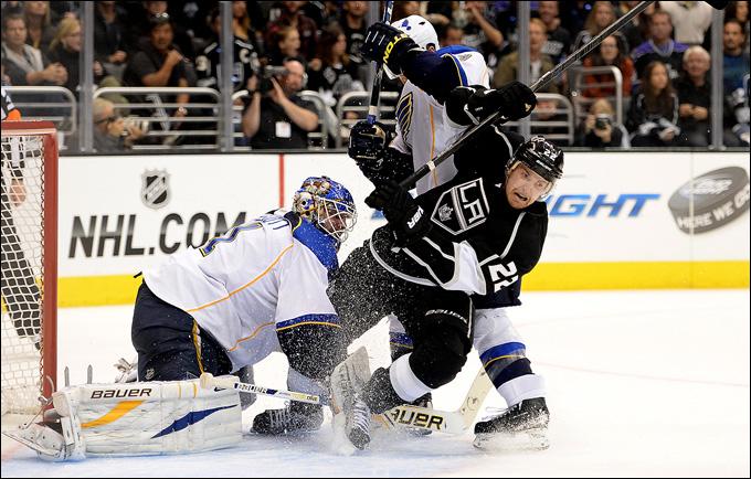 """6 мая 2013 года. Лос-Анжелес. Плей-офф НХЛ. 1/8 финала. Матч № 4. """"Лос-Анжелес"""" — """"Сент-Луис"""" — 4:3. Тревор Льюис атакует ворота Брайана Эллиотта"""