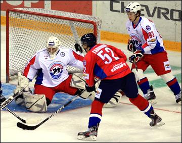Евгений Иванников парирует очередной выпад сборной Востока