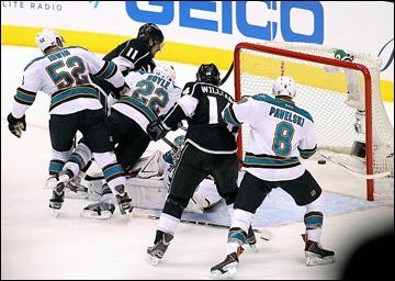 "23 мая 2013 года. Лос-Анджелес. Плей-офф НХЛ. 1/4 финала. Матч № 5. ""Лос-Анджелес"" — ""Сан-Хосе"" — 3:0. Анже Копитар пробивает Антти Ниеми"