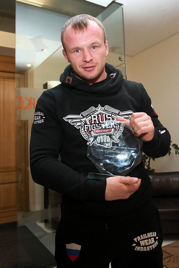 Александр был признан читателями «Чемпионата» лучшим российским бойцом ММА по итогам 2013 года. Спустя почти год награда нашла героя!