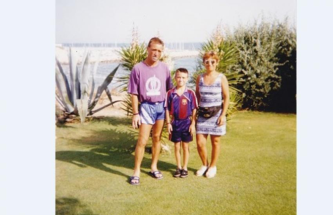 Матьё в футболке «Барселоны» с родителями на родине отца в Испании