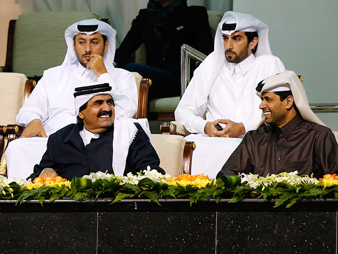 Эмир Катара шейх Хамад бин Халифа аль-Тхани (слева) беседует с владельцем «ПСЖ» Нассером аль-Хелаифи
