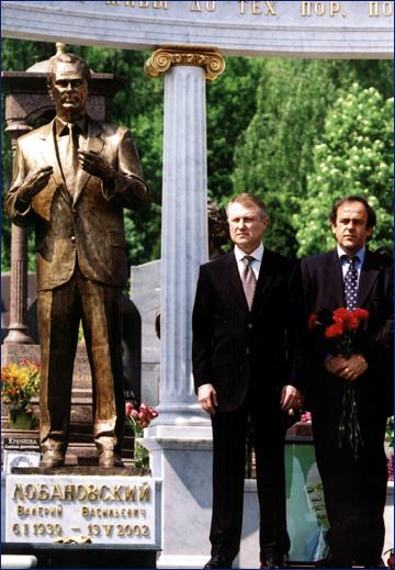 Суркис и Платини на открытии памятника Валерию Лобановскому на Байковом кладбище. 2003 год.