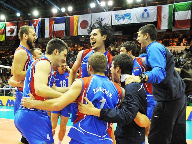 Сербские игроки радуется победе над Россией