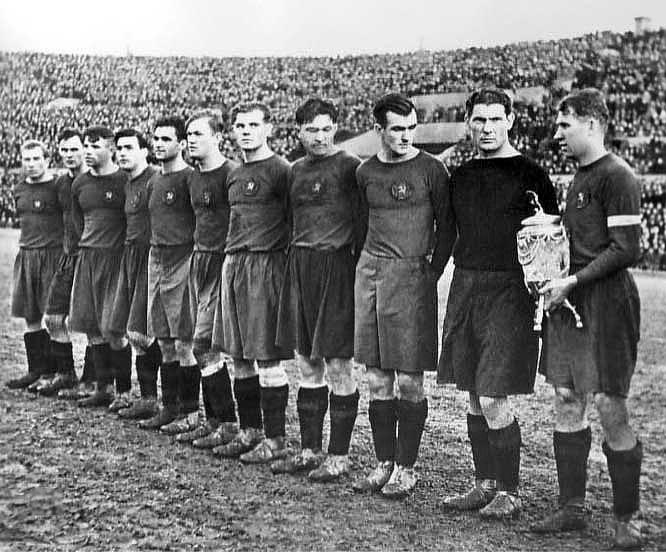 ЦДКА — 1948. Слева направо: Дёмин, Николаев, Кочетков, Соловьёв, Водягин, Бобров, Чистохвалов, Башашкин, Нырков, Никаноров, Федотов.