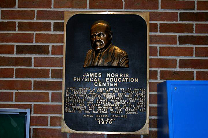 Именем Джеймса Норриса старшего названы многочисленные спортивные и прочие сооружения в США