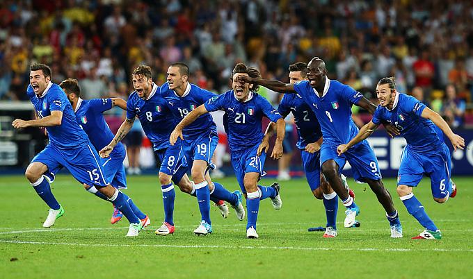 Победная радость футболистов сборной Италии