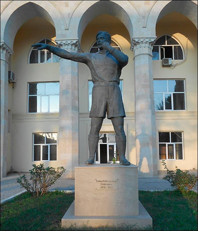Памятник Тофику Бахрамову на территории спорткомплекса