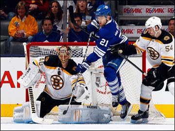 """12 мая 2013 года. Торонто. Плей-офф НХЛ. 1/8 финала. Матч № 6. """"Торонто"""" — """"Бостон"""" — 2:1. Джеймс ван Римсдайк атакует ворота """"Бостона"""""""