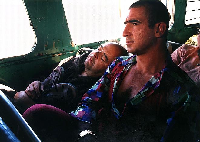 Актёр Жак Вильре спит на плече Эрика Кантона во время съёмок фильма «Прогулка с придурками»