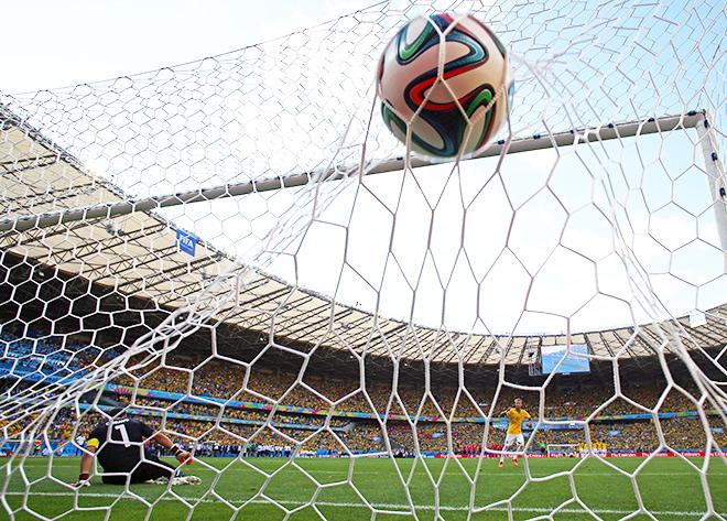 Пятый удар бразильцев в исполнении Неймара. Счёт становится 3:2 в их пользу