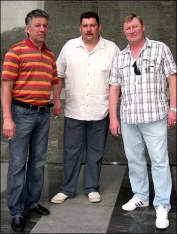 """Виктор Королев (справа) с работниками """"Магнитки"""""""