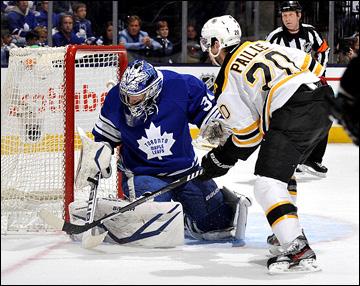 """12 мая 2013 года. Торонто. Плей-офф НХЛ. 1/8 финала. Матч № 6. """"Торонто"""" — """"Бостон"""" — 2:1. Даниэль Пайе не может пробить Джеймса Раймера"""