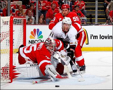"""4 мая 2013 года. Детройт. Плей-офф НХЛ. 1/8 финала. Матч № 3. """"Детройт"""" — """"Анахайм"""" — 0:4. Опасный момент у ворот Джимми Ховарда"""
