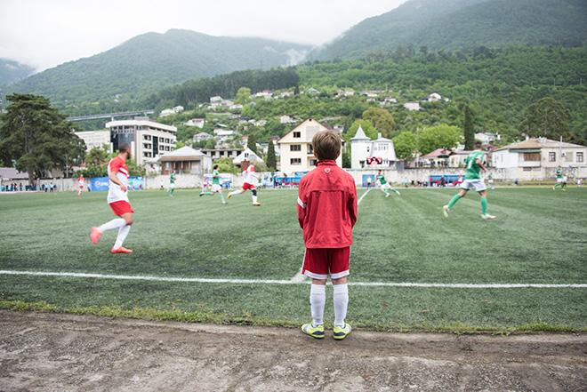 Начинающий абхазский игрок наблюдает за матчем между командами Лапландии и Сомалиленда в Гаграх