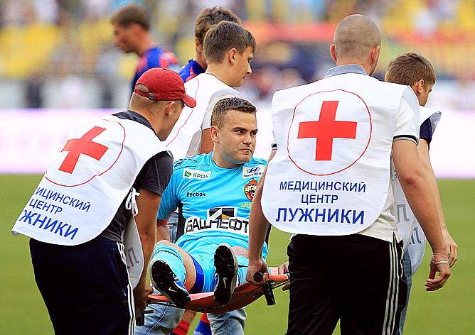 Игорь Акинфеев покидает поле