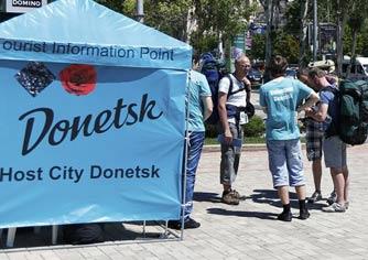 Информационная точка Евро-2012 на одной из улиц Донецка