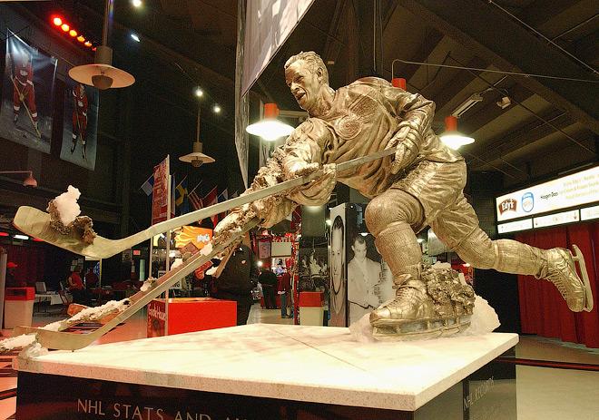 Статуя Горди Хоу внутри «Джо Луис Арены»