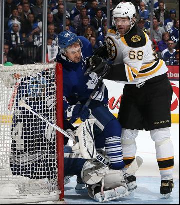 """12 мая 2013 года. Торонто. Плей-офф НХЛ. 1/8 финала. Матч № 6. """"Торонто"""" — """"Бостон"""" — 2:1. Яромир Ягр пытается закатать в лёд всё """"Торонто"""""""