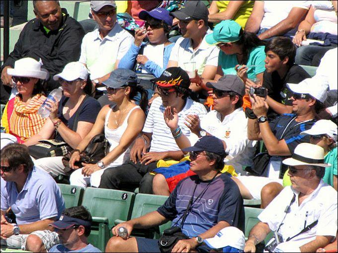 Зрители с колумбийским флагом