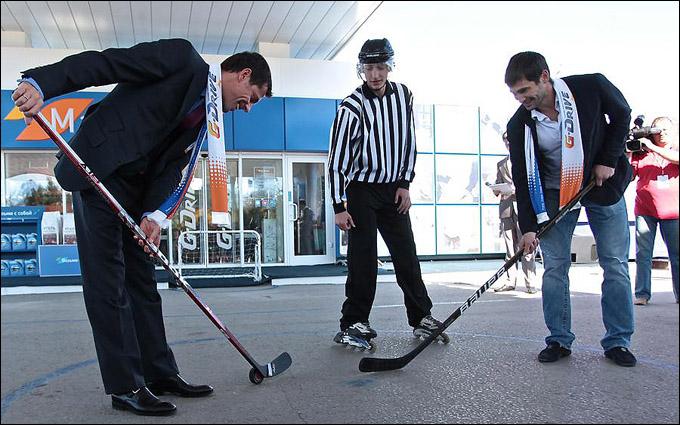 В хоккей играют даже на заправках…