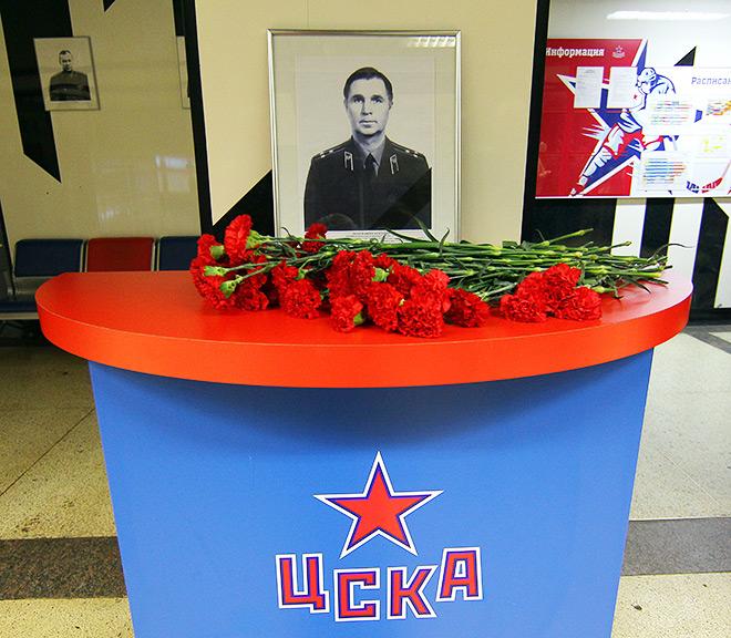 Болельщики возложили цветы к фотографии Виктора Тихонова-старшего перед игрой ЦСКА — СКА