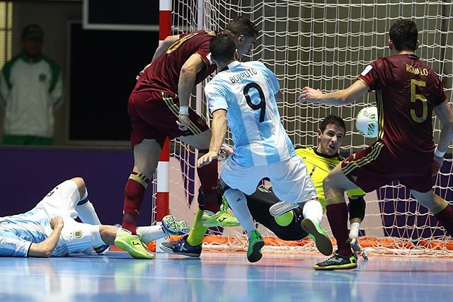 Эдер Лима выцарапывает мяч на «пятаке» и вторым касанием отправляет его в сетку