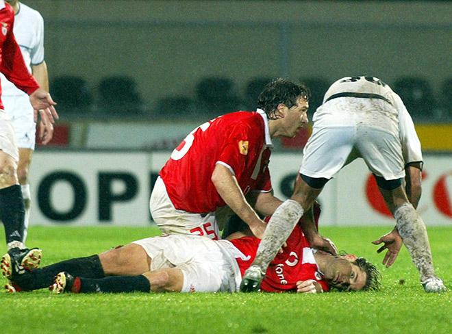 Фехер мешает игроку «Витории» ввести мяч из аута, получает от арбитра жёлтую карточку за затяжку времени, смеётся и вдруг падает на газон