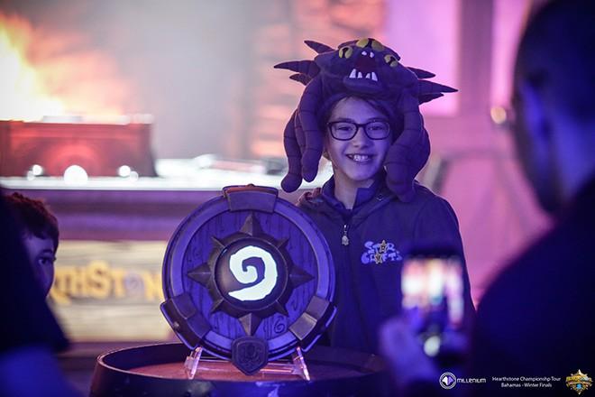 Стефани и чемпионский трофей