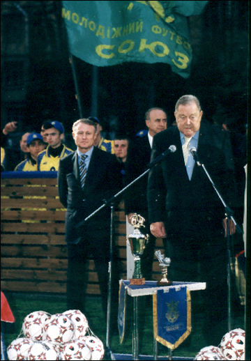 Леннарт Йоханссон на открытии многофункциональной площадки УЕФА. Киев. 2003 год.