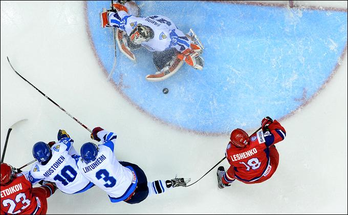 Вячеслав Лещенко атакует финские ворота