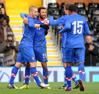 Дарио Срна принимает поздравления после гола в ворота корейцев