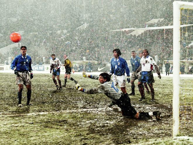 Первая игра, проходившая в Москве при чудовищной погоде на отвратительном газоне «Лужников» принесла соперникам ничью — 1:1