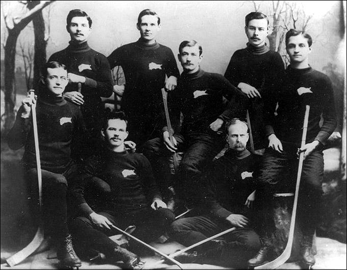"""""""Виннипег Викториас"""", обладатель Кубка Стэнли 1896 года. Дэн Бэйн — крайний слева в нижнем ряду"""